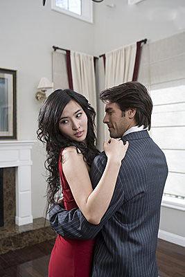 出轨做爱_出轨后做爱时间短_电影 丈夫画展 妻子出轨 公开做爱 最后跟丈夫好