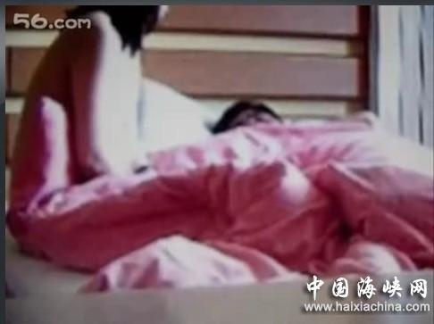 床上有一个喘气视频。这两个人实